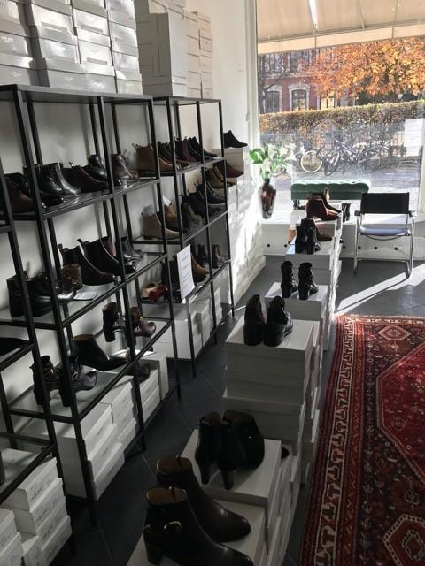 dfab10d9d222 Under åren utökades antalet butiker och namnet byttes till Ask skor. Där  såldes egendesignade skor, producerade i Italien, ...