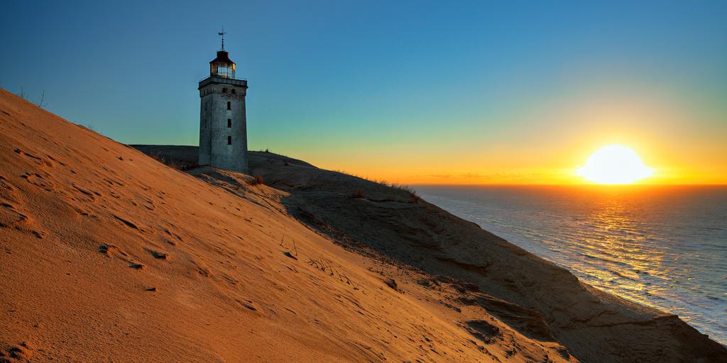 Rubjerg Knude fyr fotograferad 2010. Sedan dess har kustlinjen sakta flyttats närmare fyren.