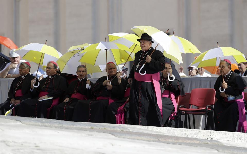 eab83073 Biskopar väntar på att påven ska dyka upp i Vatikanen i Rom. De skyddar sig  för solen under paraplyer. Man väntar sig temperaturer på 40 grader i  veckan.