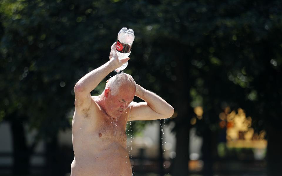 05d800ac En man kyler ner sig med vatten i Belgrad där det är runt 33 grader varmt.  Bild: Darko Vojinovic