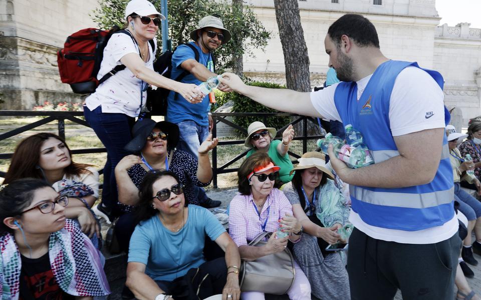 4b926064 En frivillig delar ut vatten till turister i Rom. Man har beslutat att dela  ut vatten till utsatta personer i Rom under de varmaste timmarna.