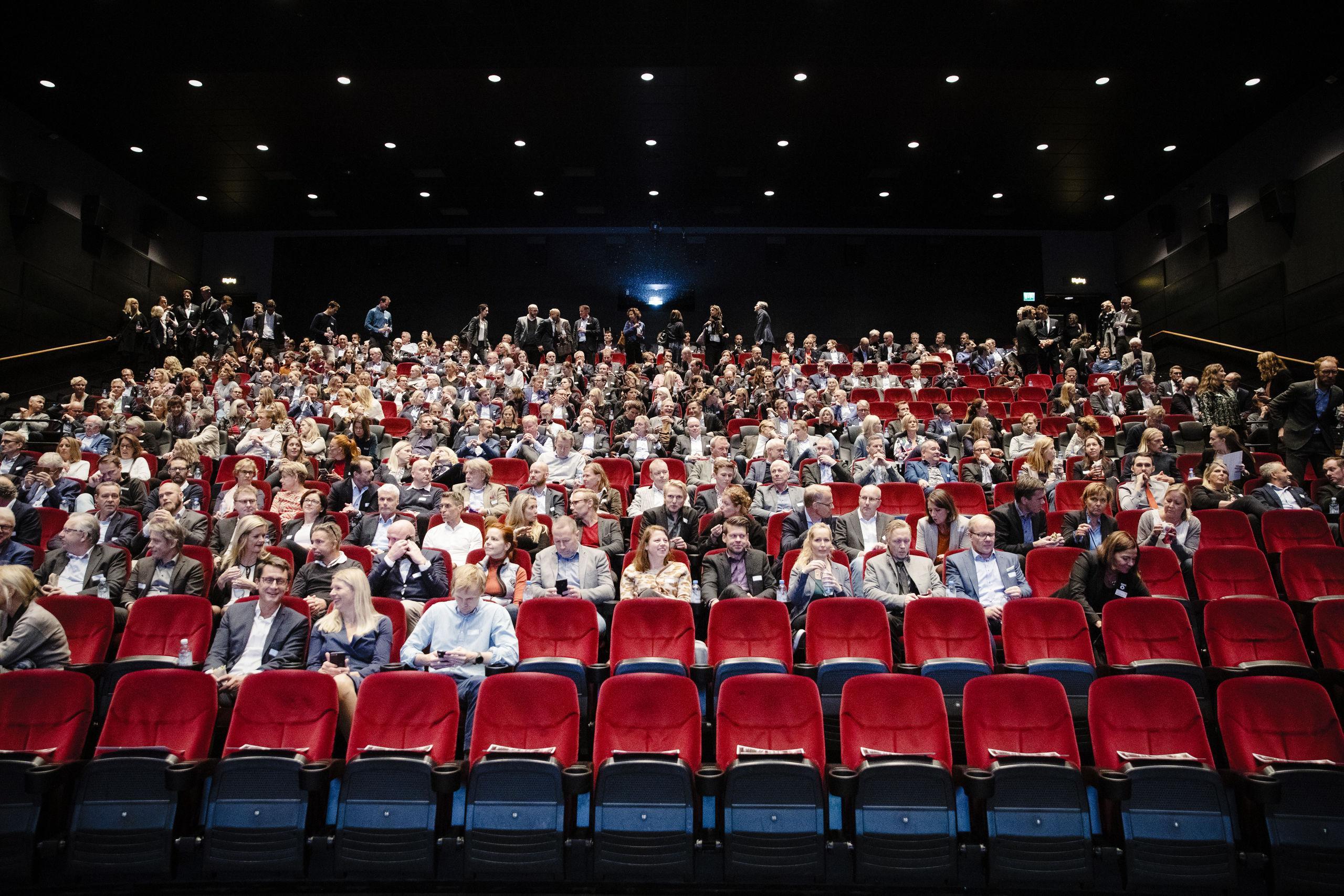 Beslut om svenska biografer dröjer