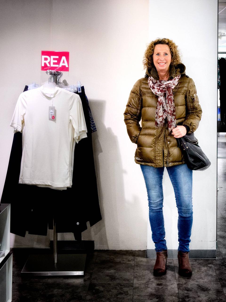 66e614ca0637 Elisabeth Söderbom, 61 år, butiksägare, Centrum. – Jag är klädd i jeans,  boots och vinterjacka. Jag lägger inte mycket pengar på kläder, jackan har  jag köpt ...