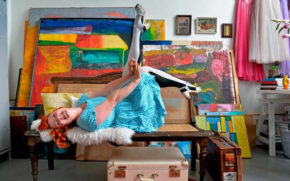 8ff5958e4258 Elsa Billgren i sin ateljé. Gamla slitna möbler kostar ofta en förmögenhet  att renovera. Men ibland är de fina precis som de är - soffan har Elsa inte  några ...