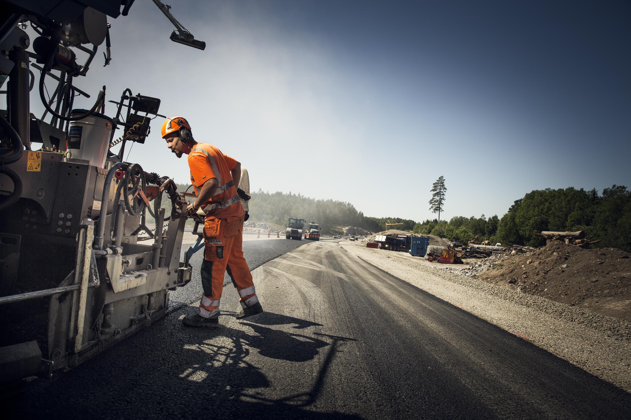 Kalle ägnar halva dygnet åt att lägga ny asfalt