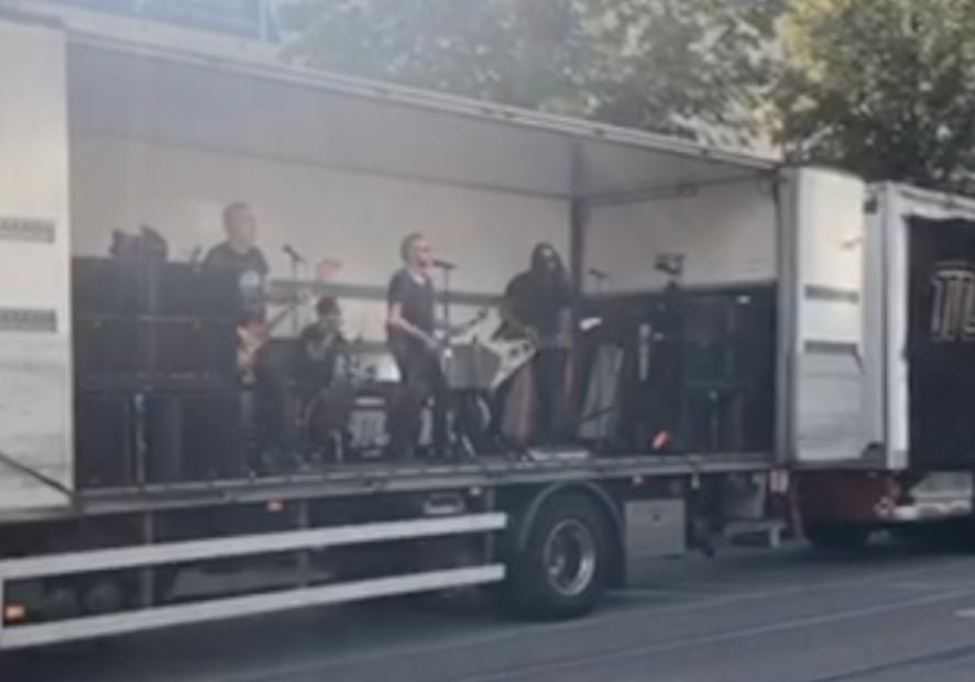Mustasch spelade live på Avenyn – från ett lastbilsflak