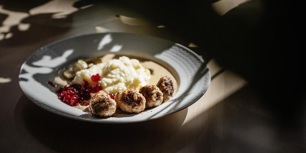 Klassiska tillbehör till köttbullar är potatismos, lingonsylt, inlagd gurka och gräddsås.  Bild: Sanna Tedeborg