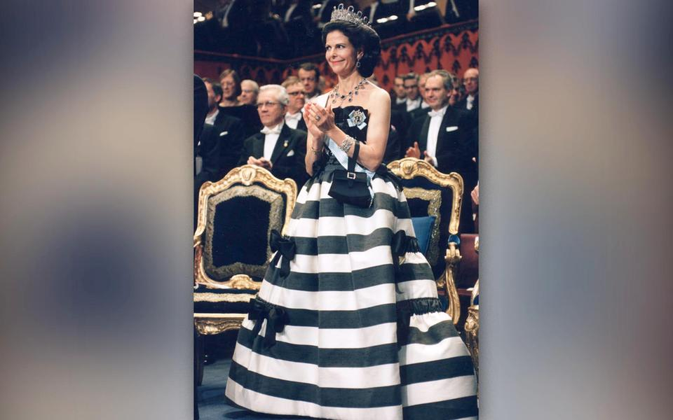 00220afe7e97 Under Nobelfesten 2003 bar drottning Silvia en svartvit-randig klänning som  närmast förde tankarna till bröderna Dalton på rymmen.