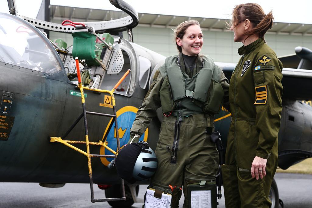 Lovisa 228 R Den F 246 Rsta Kvinnan Som Blir Stridspilot P 229 26