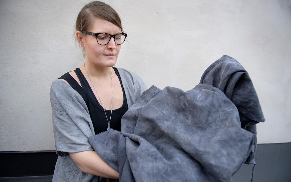851160e3a550 Lina Sofia Lundin håller i ett hampatyg som är färgat med ekollon och järn.  Järn fäller ur om du använder en gjutjärnsgryta. Foto: Jessica Gow/TT