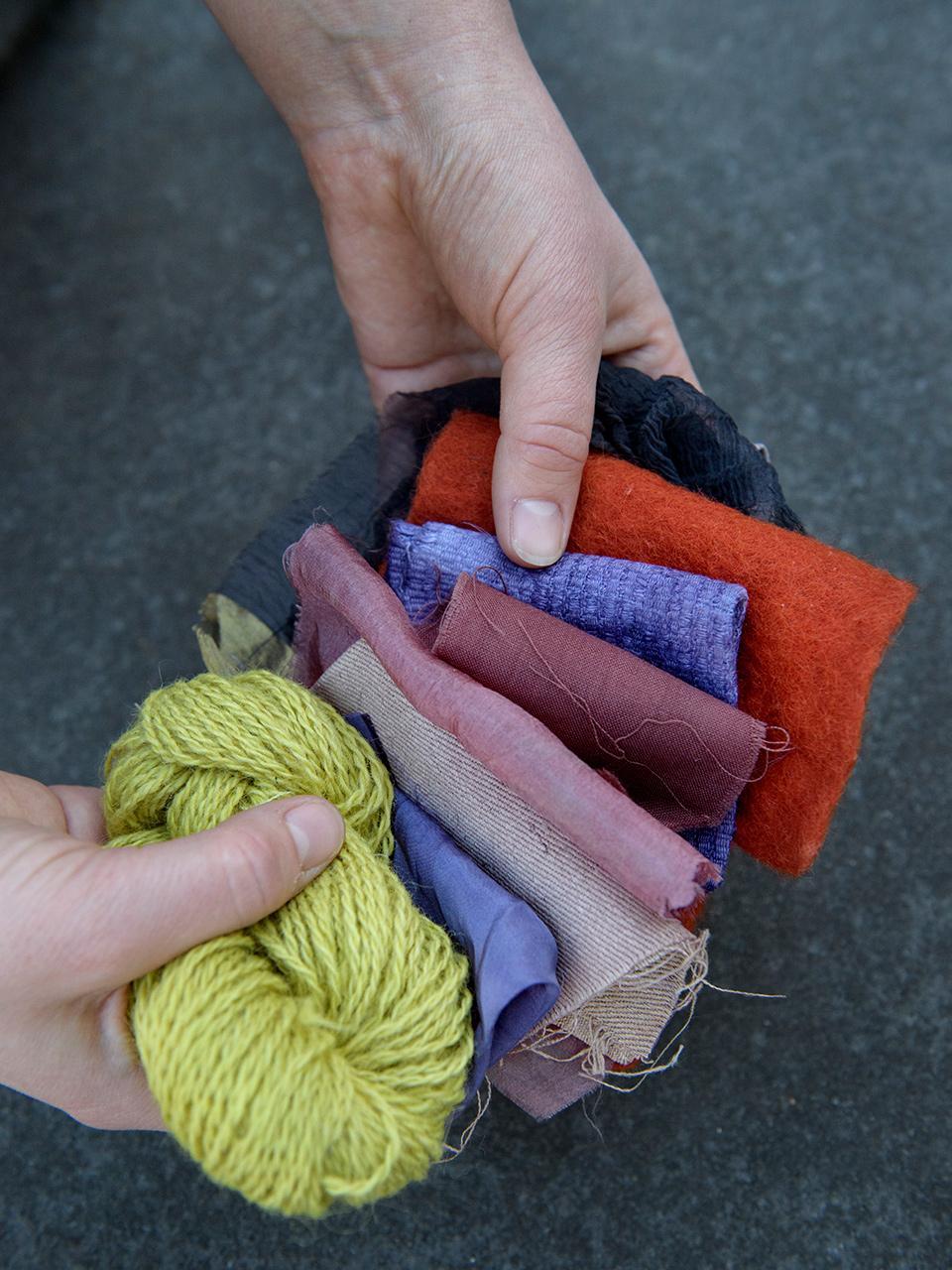 4960573f5491 Prover i blandade material - ull/ylle, hampa, siden, linne, som är färgade  med, från vänster: morotsblast, avkok från svart ris, krapp, ekollon och  järn.