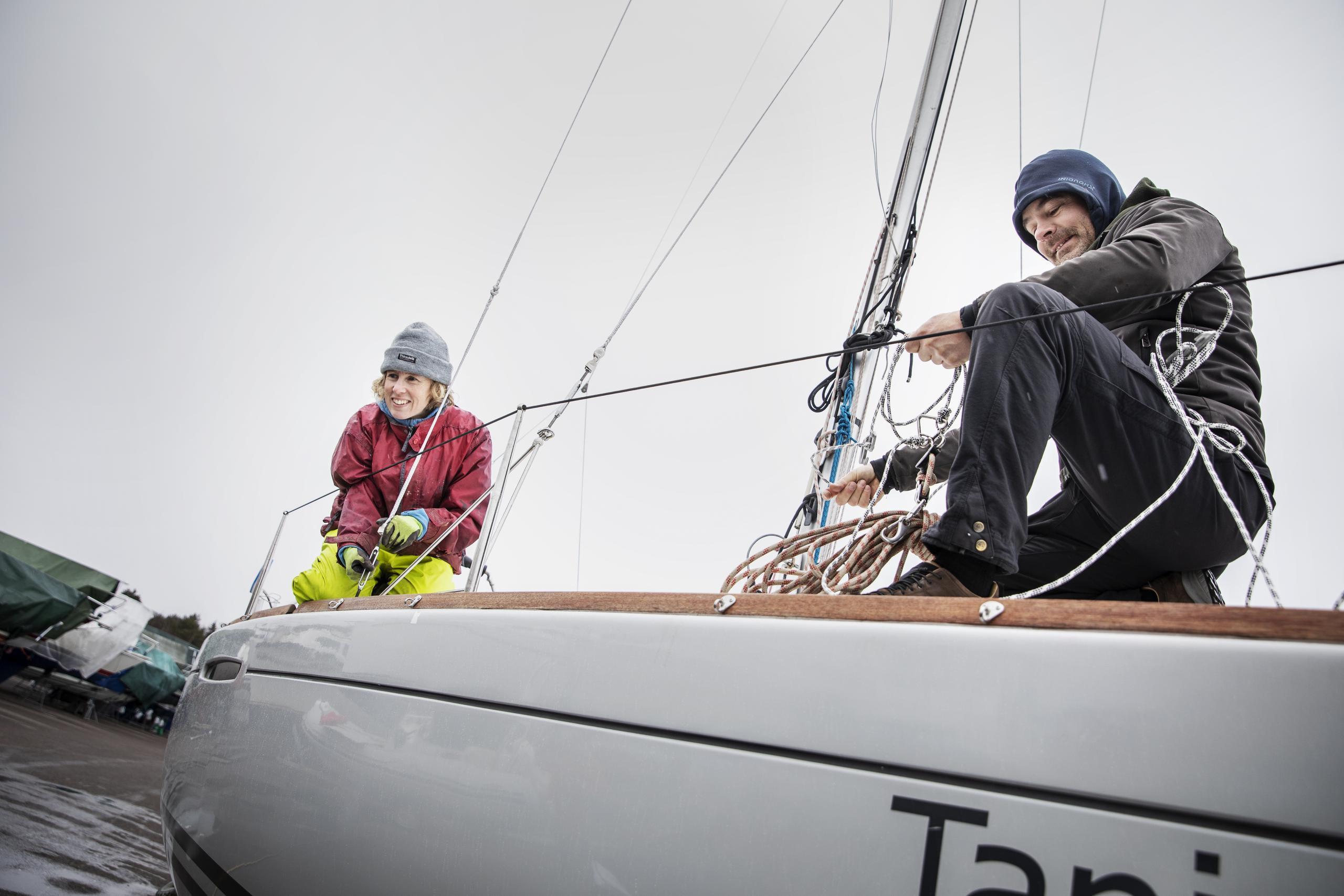 De fixar båtarna på Hinsholmen inför sjösättning