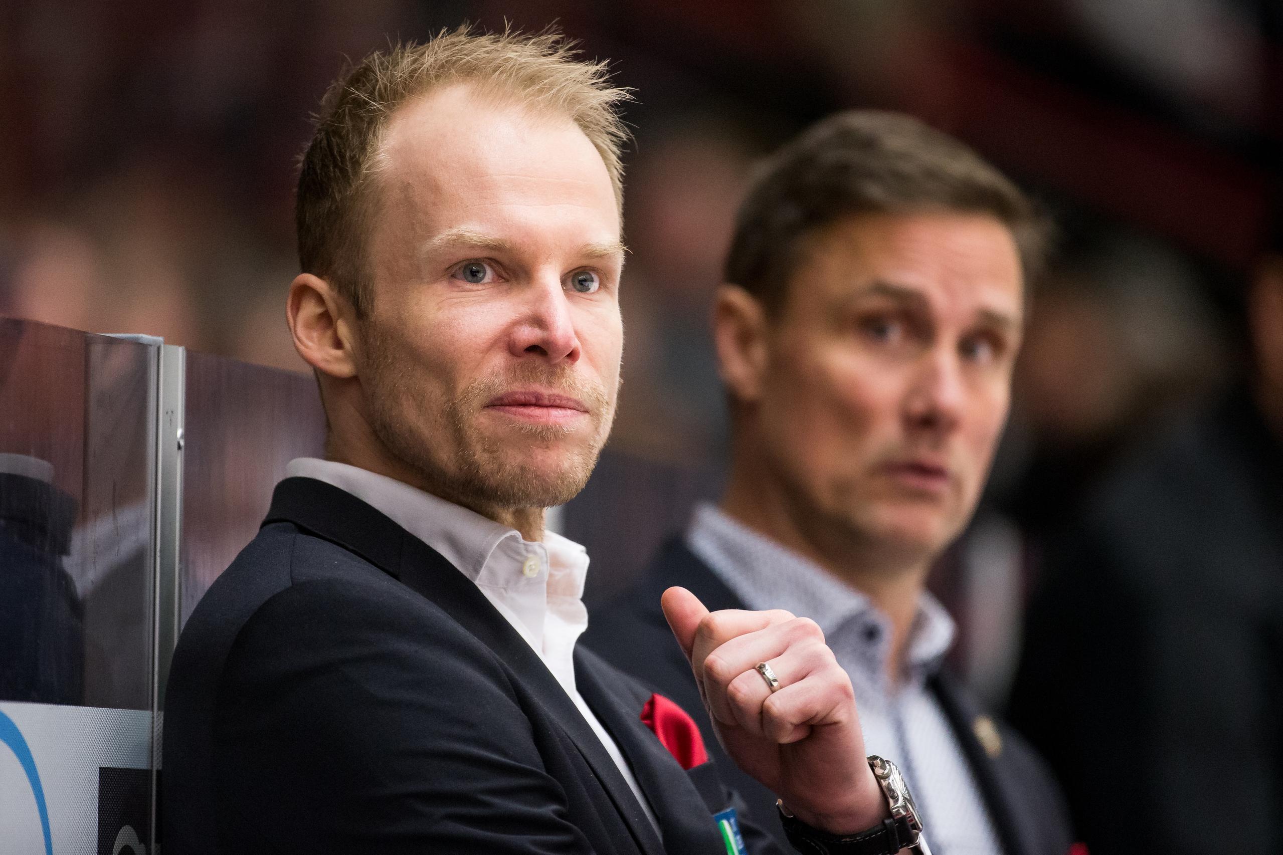 Johan Lundskog tackar Roger Rönnberg för nya toppjobbet i Schweiz