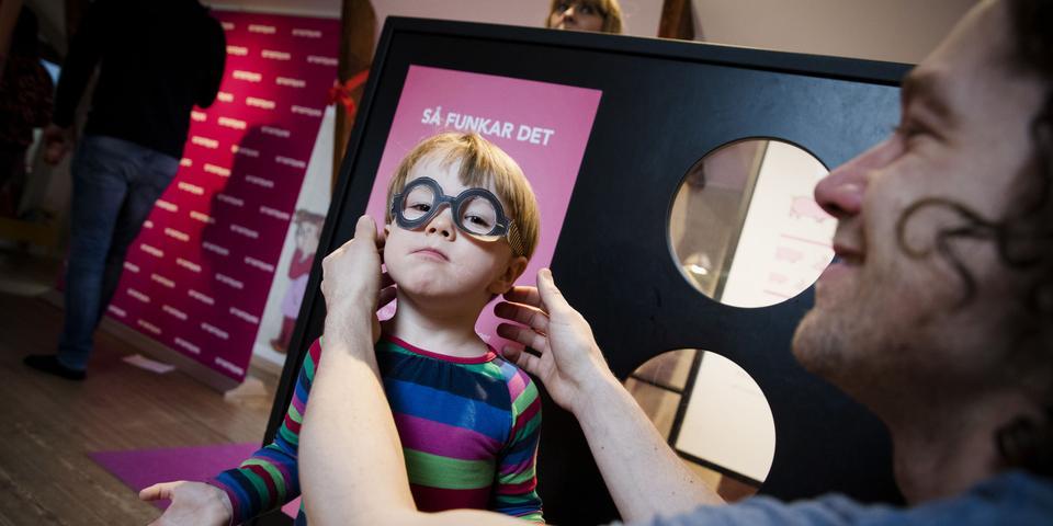 bb898bcad705 Nu kan barn testa synen medan de leker