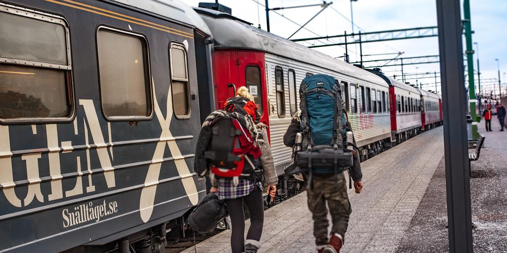 Backpackers+at+the+station